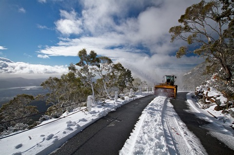 Image of a snowy road on kunanyi/ Mount Wellington